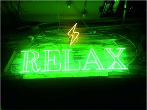 relax neon yazısı